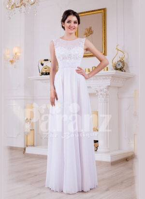 Sleeveless pearl white floor length tulle skirt wedding gown with lace appliquéd bodice