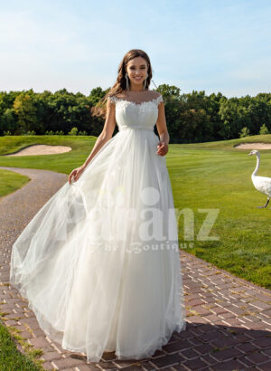 Women's sleeveless elegant white flared high volume tulle wedding gown