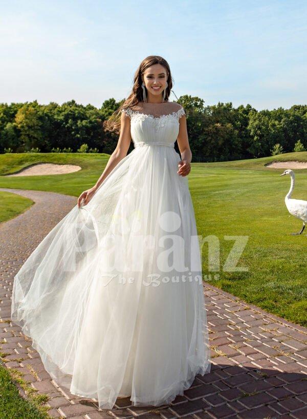 Women's sleeveless elegant white flared high volume tulle wedding gown