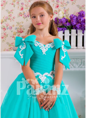 A flowing dress in coral green little girls to look more charming